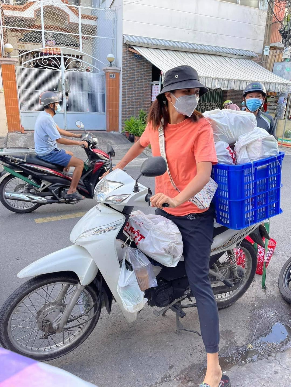 H'Hen Niê đi làm shipper giao hàng cho người dân trong mùa dịch