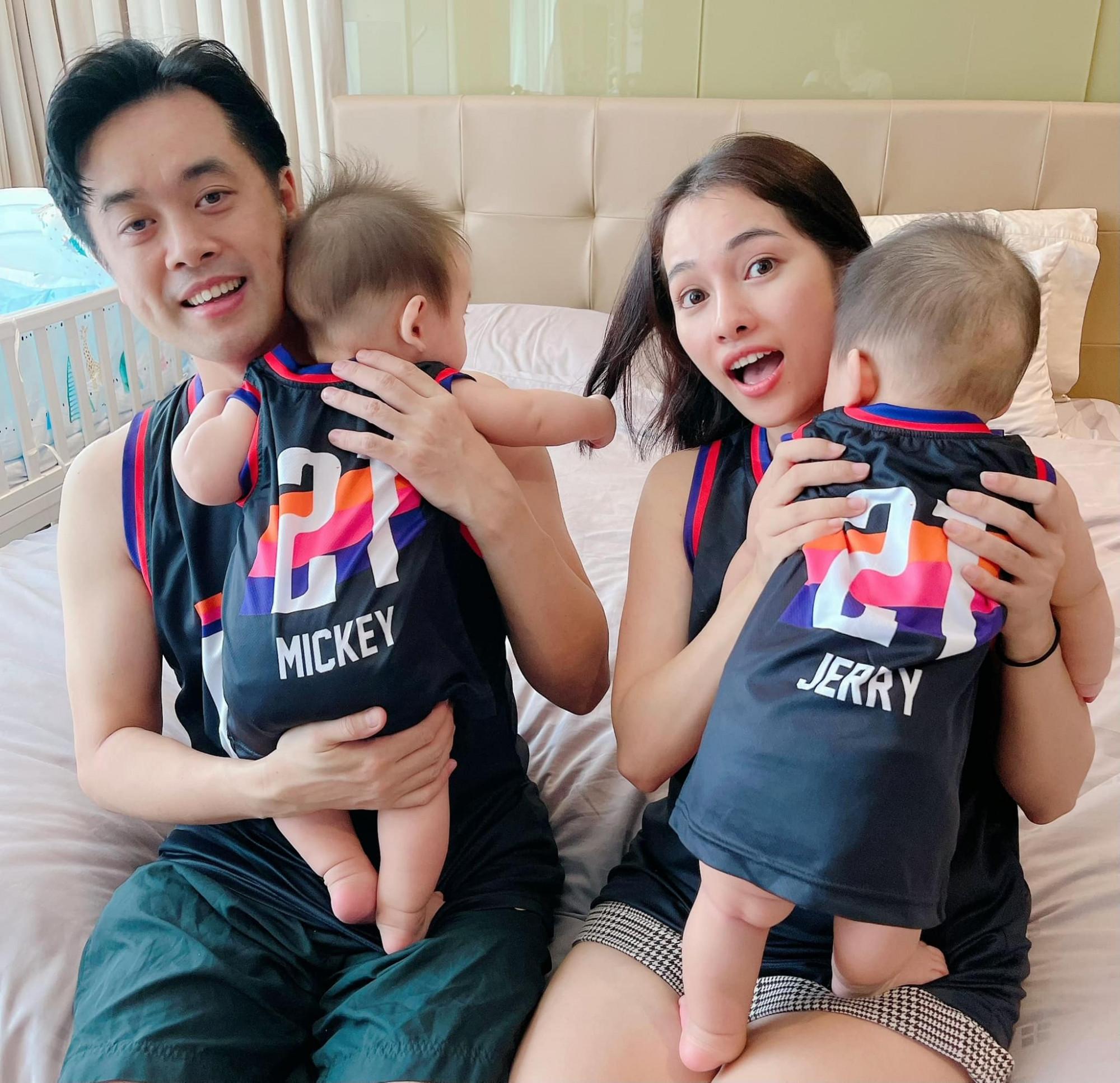 Cả gia đình mặc đồ giống nhau chụp ảnh kỷ niệm tại gia trong những ngày giãn cách xã hội