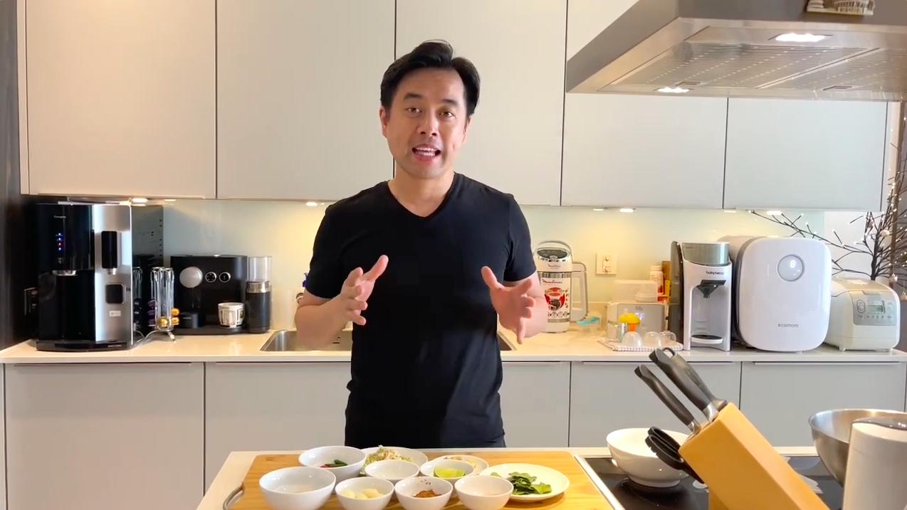 Dương Khắc Linh vào bếp nấu ăn chiêu đãi gia đình