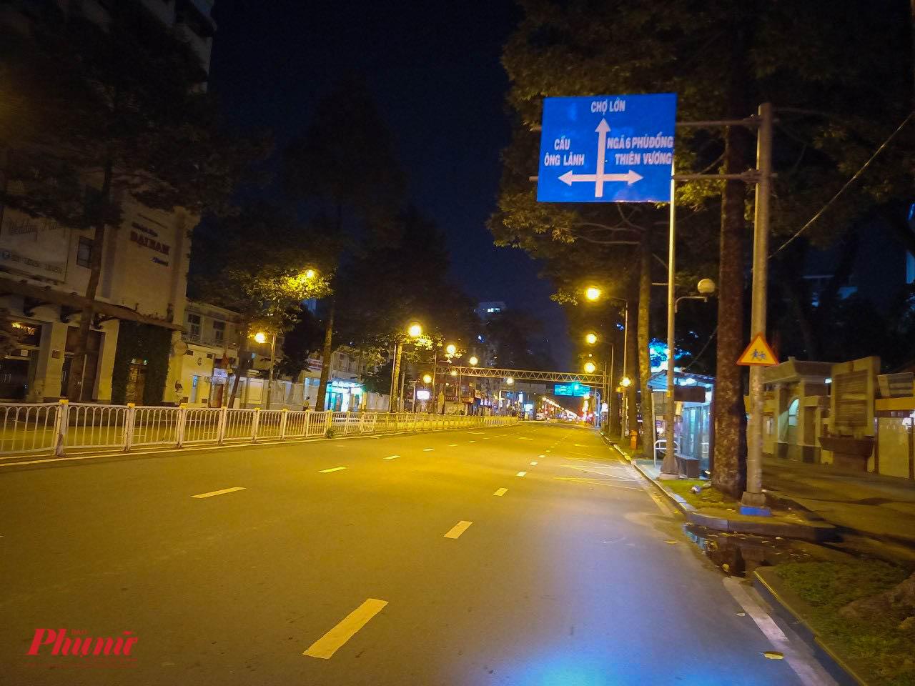 Đường Trần Hưng Đạo (Quận 1) khu vực trung tâm cũng đã vắng lặng sau 18g