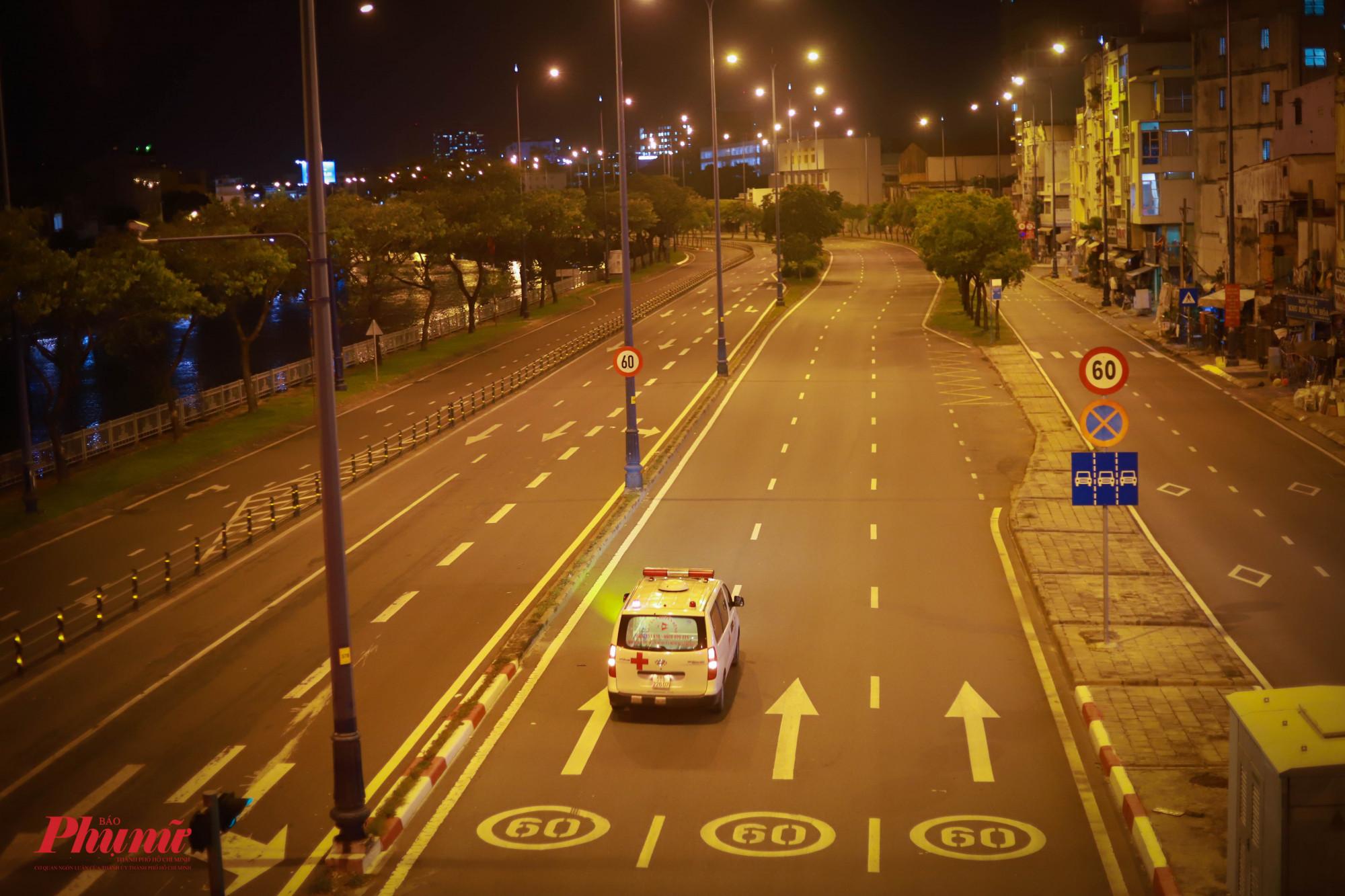 Đại lộ Võ Văn Kiệt chỉ còn xe cứu thương di chuyển