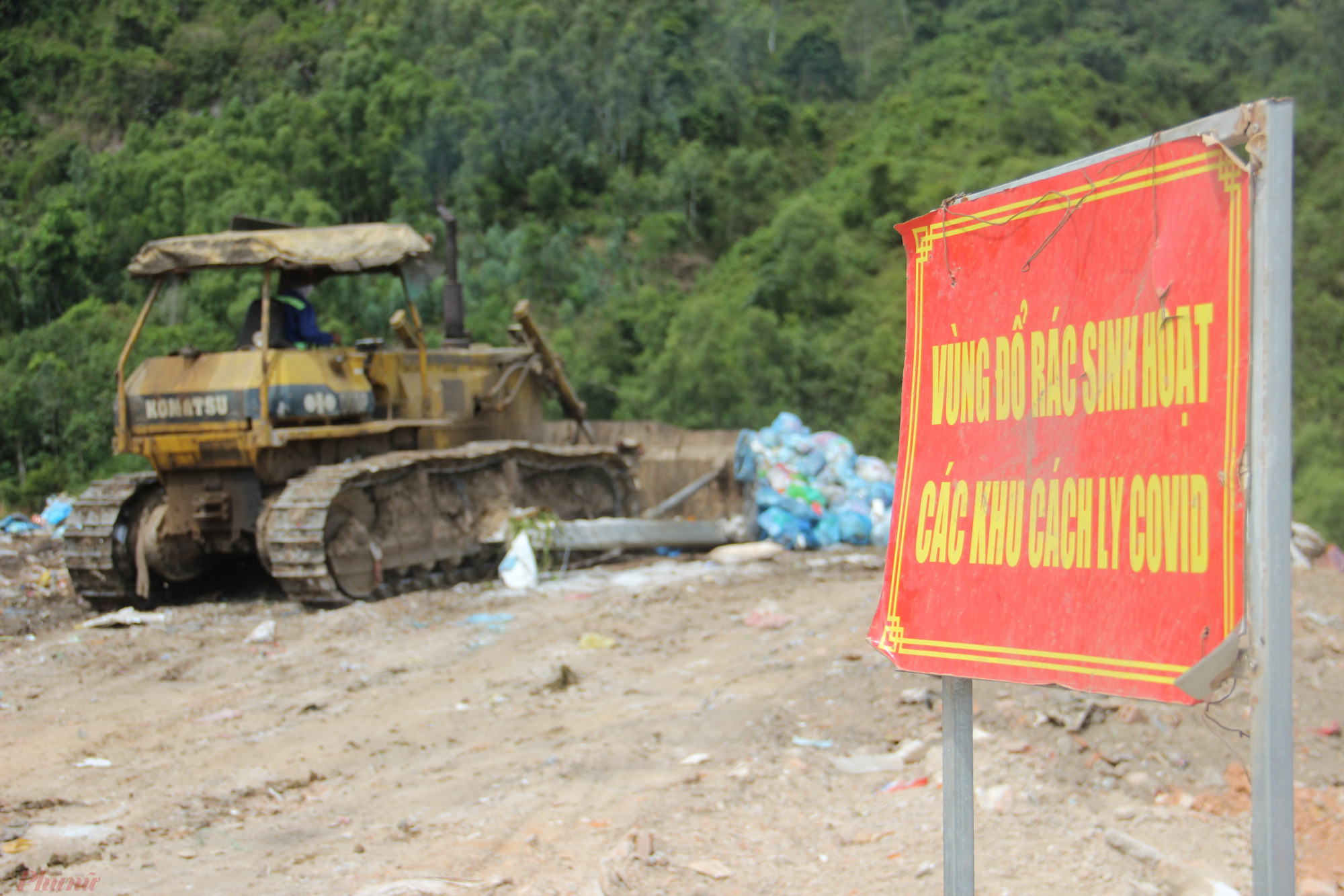 Công nhân môi trường Đà Nẵng đang xử lý chôn lấp rác thải sinh hoạt từ các khu cách ly
