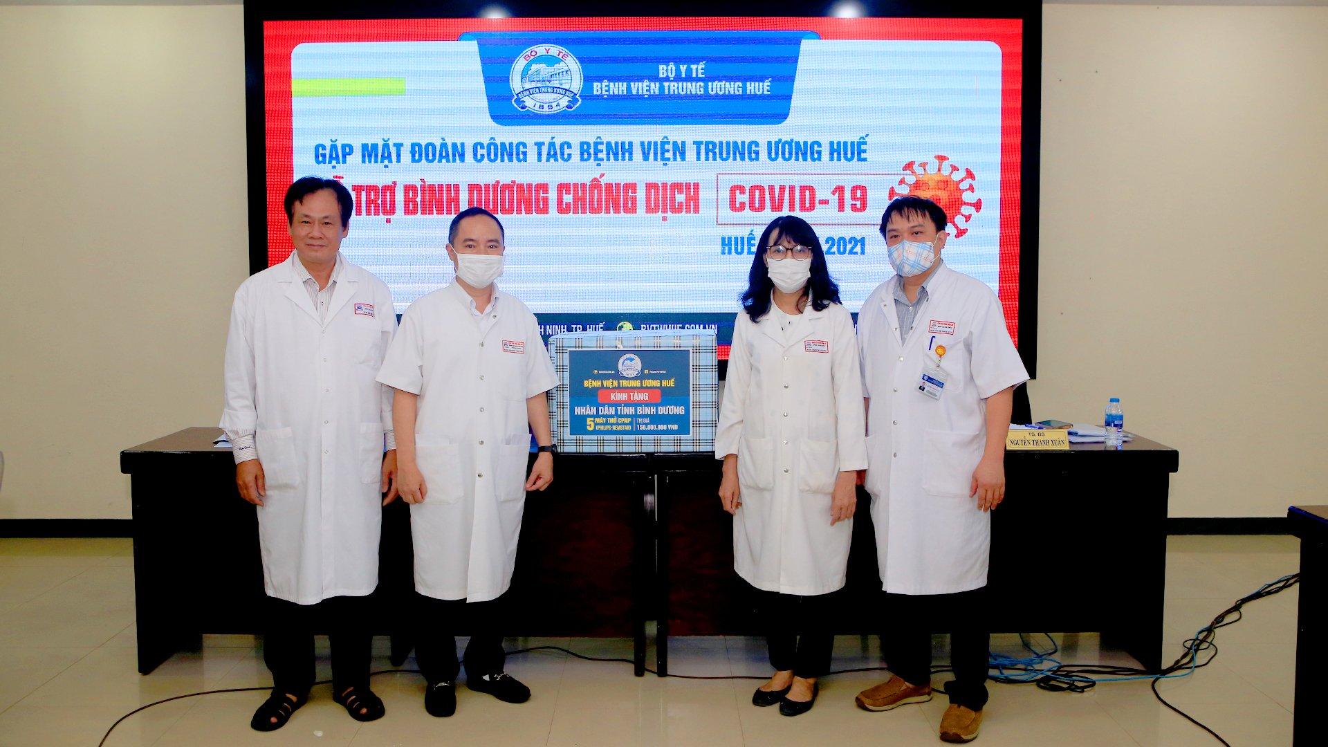 Dịp này, BV Trung ương Huế đã gửi tặng tỉnh Bình Dương 5 máy thở để hỗ trợ điều trị bệnh nhân COVID-19, với với trị giá 150 triệu đồng