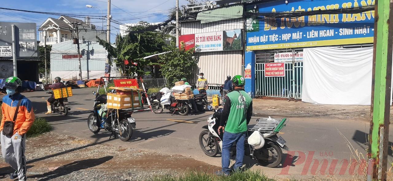 Tại chốt kiểm soát ở dốc Cầu Tham Lương, hướng vào Bệnh viện Dã chiến số 2 ( phường Tân Thới Nhất, quận 12), lực lượng chức năng tại chốt