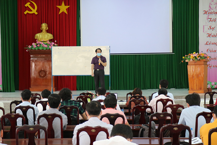 BS Nguyễn Trung Cấp - Phó giám đốc Bệnh viện Nhiệt đới Trung ương làm giảng viên chính, nhằm nâng cao hơn nữa năng lực hồi sức cấp cứu cho các đơn vị y tế trong tỉnh, đặc biệt là trong công tác phòng, chống dịch COVID-19.