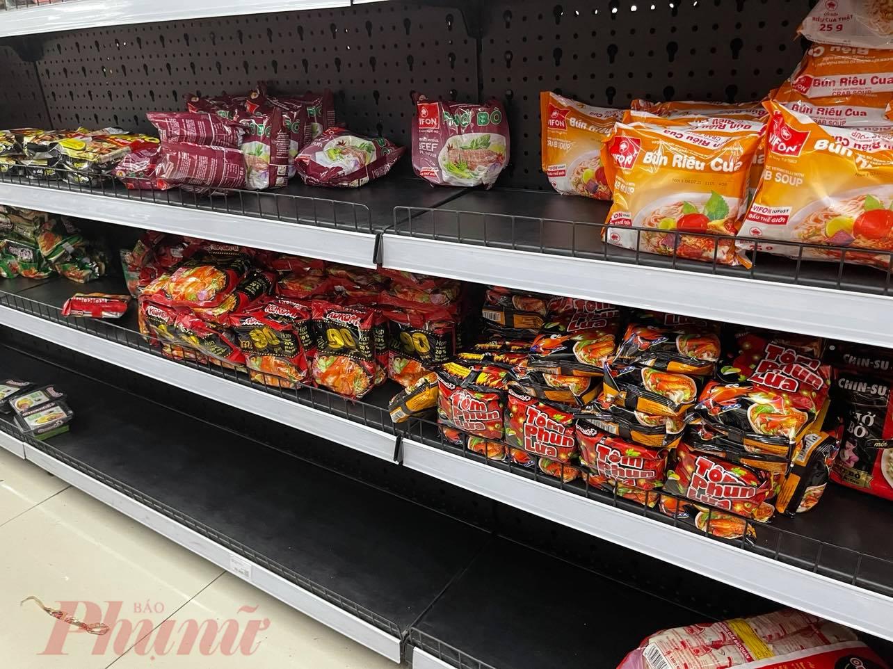 Nhiều nhóm thực phẩm chế biến, đặc biệt là các lại như bún tươi, bánh canh, sợi phở... tại các cửa hàng, siêu thị đều khan hiếm