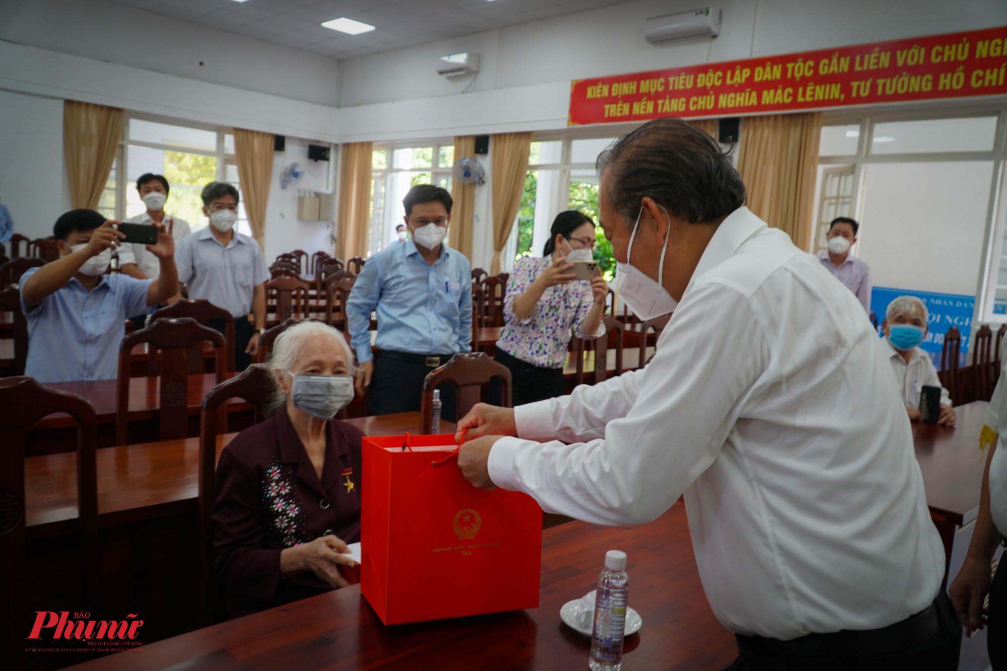 Phó Thủ tướng Thường trực chính phủ - Trương Hòa Bình ân cần thăm hỏi sức khỏe mẹ VNAH  Võ Thị Tuội