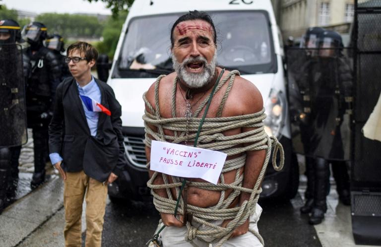 Mặc dù nhiều người phản đối nhưng hộ chiếu vắc xin vẫn được thông qua ở Pháp