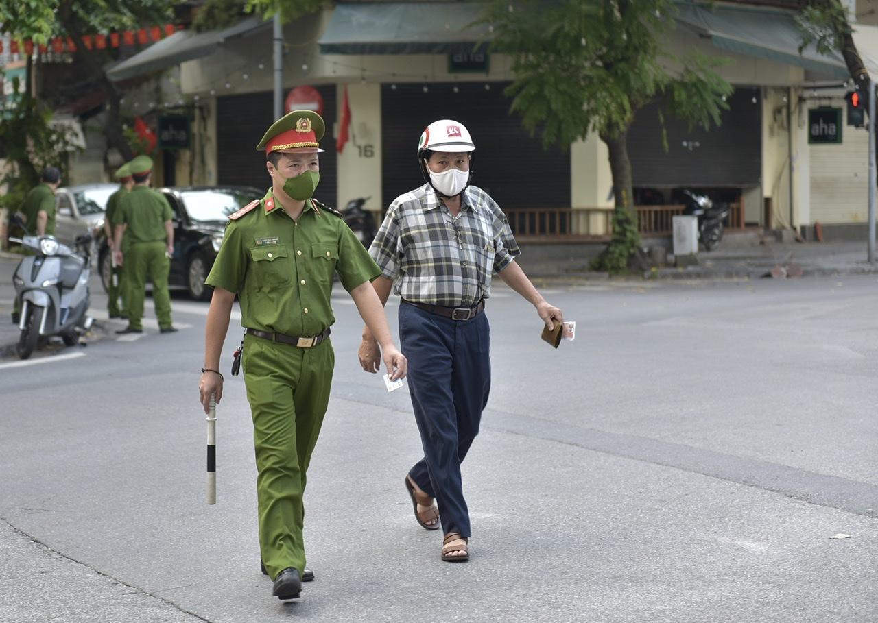 Lực lượng Công an Hà Nội sẽ xử phạt những trường hợp ra đường không có lý do chính đáng.