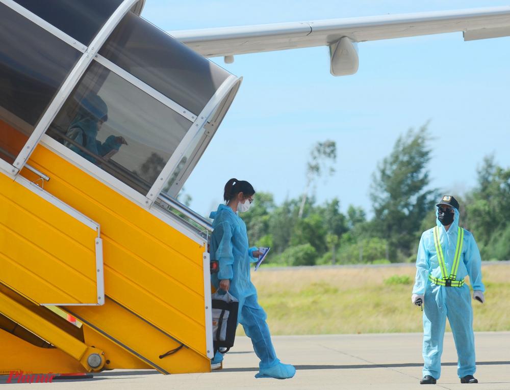 """Vừa đặt chân xuống sân bay, anh Trần Văn H. cho biết: """"2 tháng nay, do ảnh hưởng của dịch COVID-19 nên tôi không có việc làm. Nhận được thông tin UBND tỉnh Thừa Thiên – Huế hỗ trợ người dân về quê miễn phí, tôi rất vui mừng và cảm kích"""