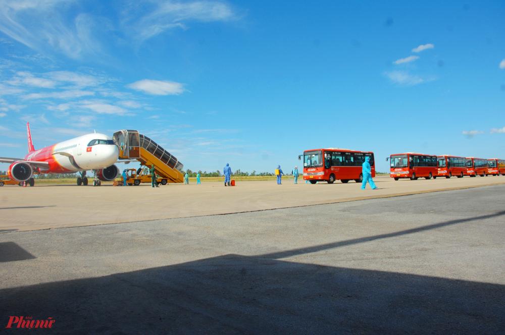Sau khi về đến sân bay Phú Bài các công dân sẽ được đưa đến khu cách ly T5 ở phường Phú Bài thị xã Hương Thủy (Thừa Thiên – Huế). Tổng số người về trong đợt 1 này là 238 người và một 1 trẻ em