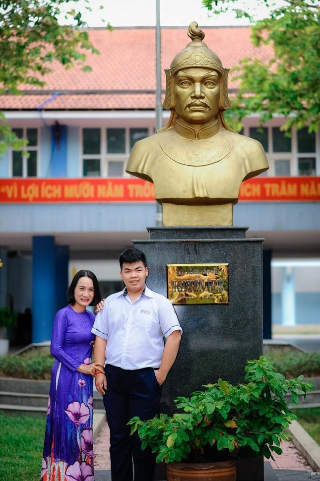 Huy chụp ảnh cùng cô giáo. Ảnh: NVCC
