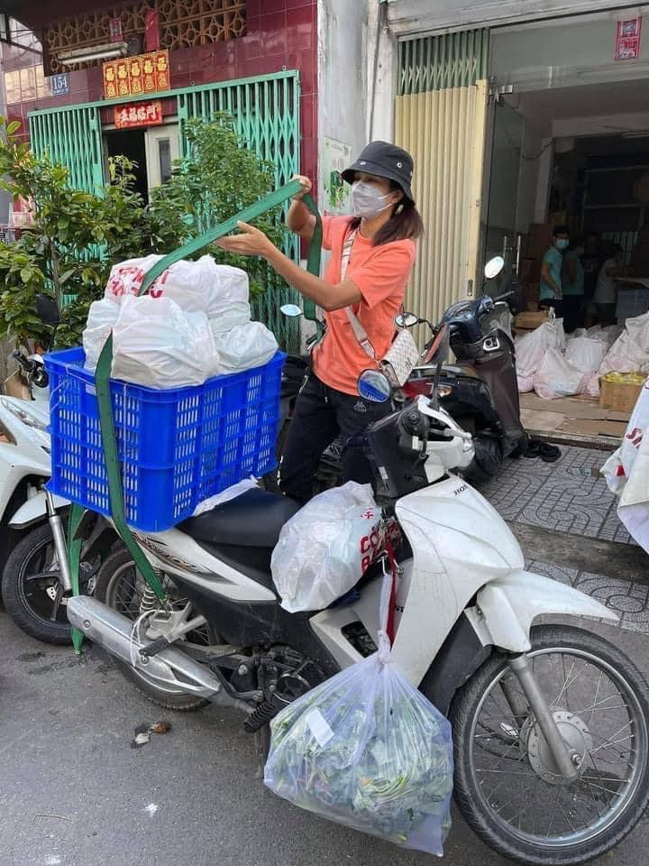 Mới đây, Hoa hậu H'Hen Niê khiến nhiều người bất ngờ khi chia sẻ hình ảnh đi làm shipper, hỗ trợ bà con vận chuyển hàng trong mùa dịch.