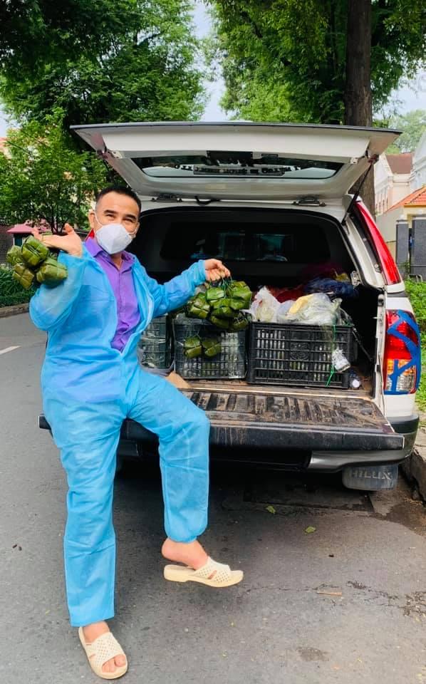 Từ đầu tháng 7 đến nay, MC Quyền Linh cũng tích cực tham gia công tác vận chuyển hàng hoá, thức ăn cho bà con, tuyến đầu chống dịch.
