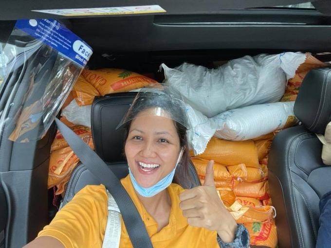 Trước đó, hoa hậu cũng sử dụng ô tô 7 chỗ của cô để vận chuyển 1,5 tấn ga, 50 thùng sữa, 10 thùng nước mắm... đến tay người dân ở các khu vực bị phong toả.