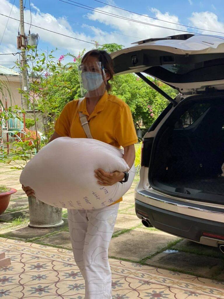 H'Hen Niê tự bốc xếp những bao gạo nặng đến vài chục kg. Cô nói tham gia tình nguyện trong mùa dịch càng giúp thấu hiểu hơn về mọi người xung quanh, san sẻ nhiều hơn với những mảnh đời khó khăn.