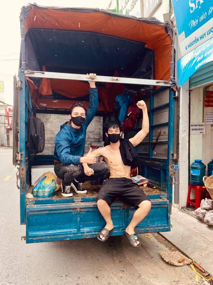 Diễn viên Lãnh Thanh và Võ Điền Gia Huy vận chuyển rau củ, cơm từ thiện 2.000 đồng đến người dân.