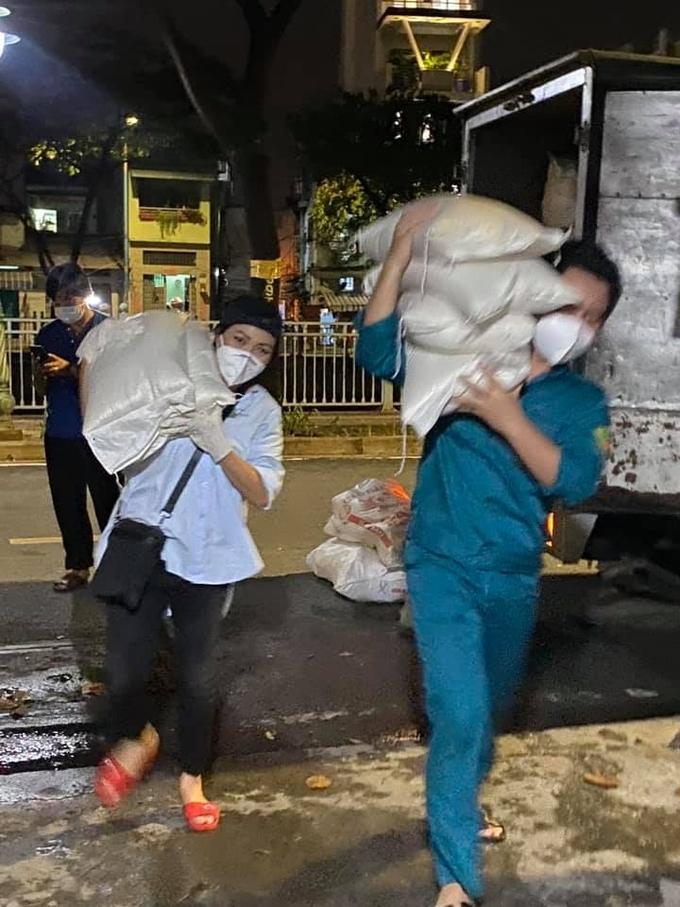 Sau loạt hoạt động như: tham gia lấy mẫu xét nghiệm, hát phục vụ bệnh viện dã chiến, khu cách ly, hớt tóc cho tình nguyện viên, Phương Thanh trở thành người bốc vác hàng hoá để vận chuyển gạo, rau muống đến các khu vực đang gặp khó khăn.