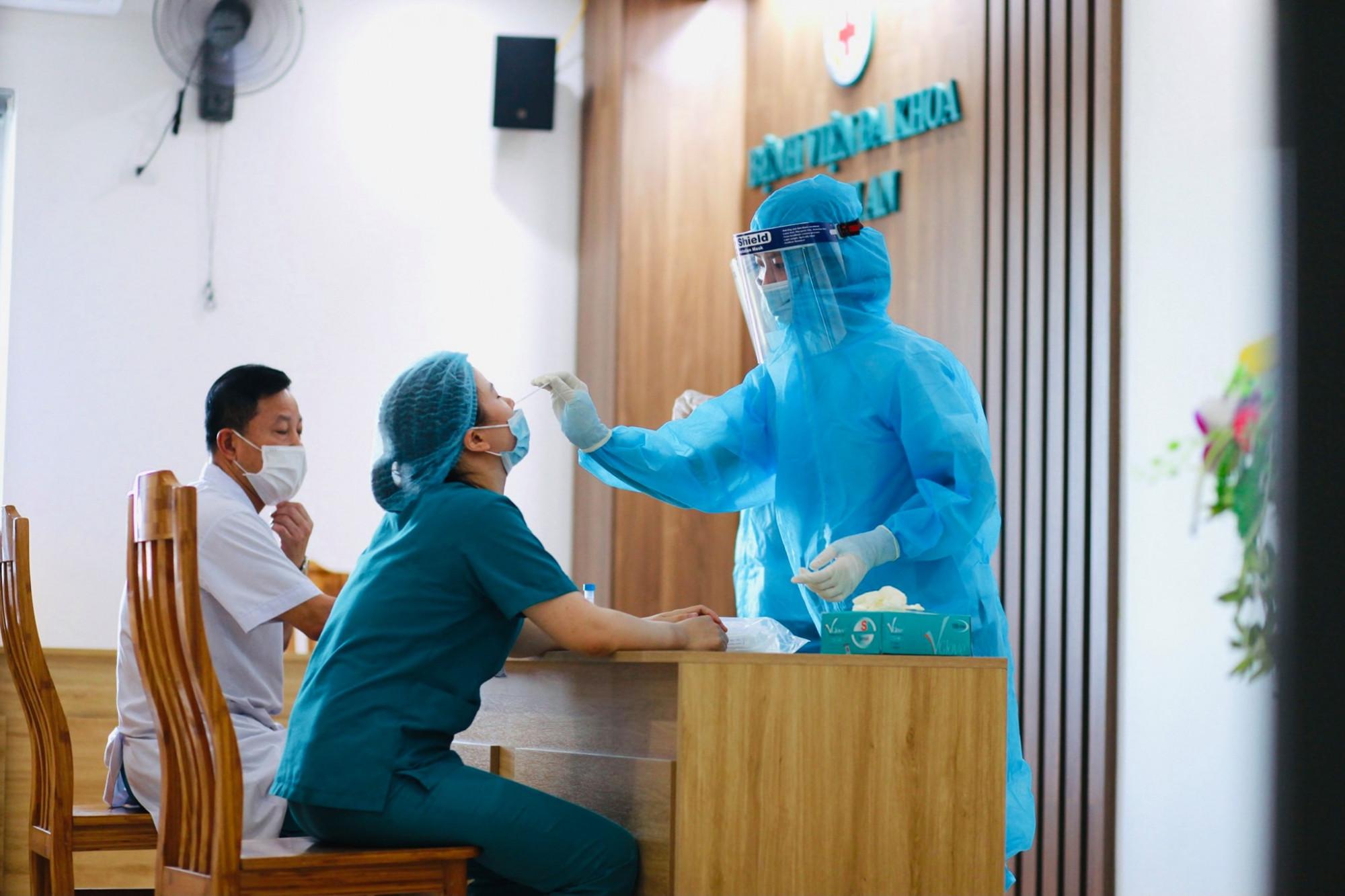 Bệnh viện đa khoa Minh An lấy mẫu xét nghiệm định kỳ cho nhân viên bệnh viện