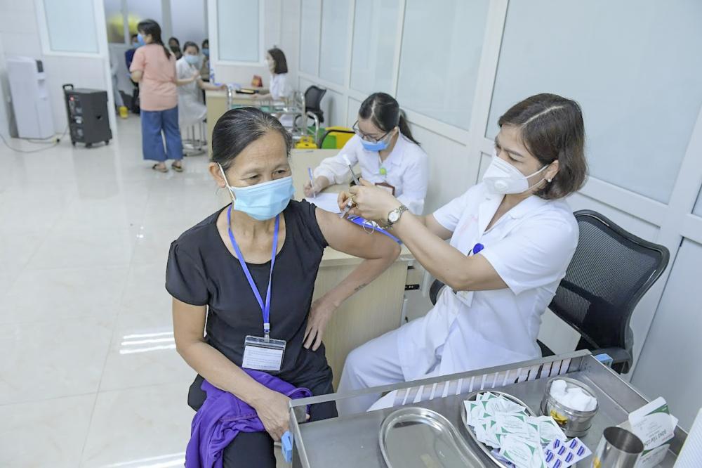 Nhân viên y tế tiêm thử nghiệm vaccine Nano Covax cho tình nguyện viên