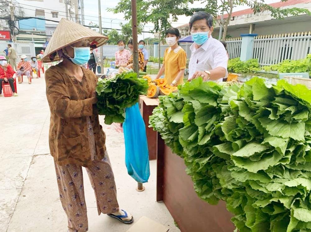 Để có rau xanh đưa đến tay người dân, các cán bộ mặt trận tổ quốc phải thức dậy từ sớm, loại bỏ phần rau hư và rửa sạch
