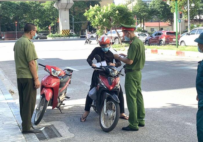 Lực lượng chức năng kiểm tra, nhắc nhở người dân không ra khỏi nhà khi không cần thiết