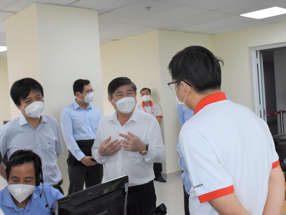 Chủ tịch UBND TPHCM Nguyễn Thành Phong cho biết TP sẽ hỗ trợ tối đa cho Tổng đài 115 làm nhiệm vụ, không để chậm trễ trong việc vận chuyển bệnh nhân F0. Ảnh: