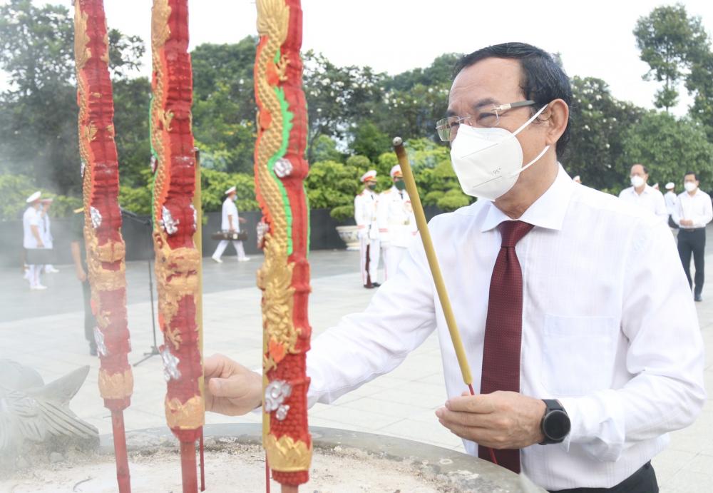 Bí thư Thành ủy TPHCM Nguyễn Văn Nên đã dẫn đầu đoàn đại biểu Thành ủy - HĐND - UBND, Ủy ban MTTQ Việt Nam TPHCM đến dâng hoa, dâng hương tưởng niệm các anh hùng liệt sĩ tại Nghĩa trang Liệt sĩ TPHCM