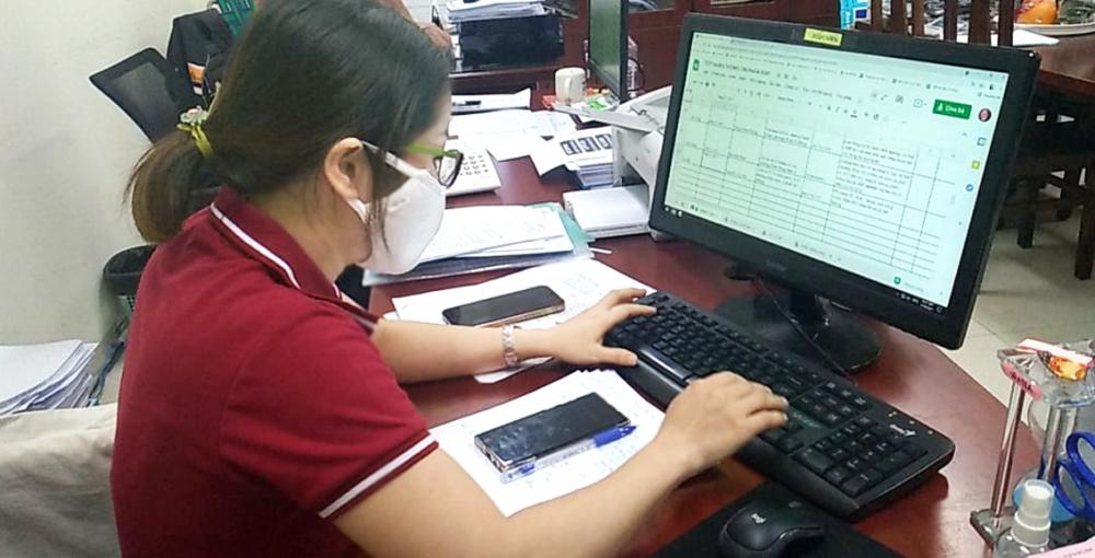 Một cán bộ Ủy ban Mặt trận Tổ quốc Việt Nam TP.HCM đang nhập thông tin từ đường dây nóng lên phần mềm để cán bộ mặt trận tổ quốc cấp phường xác minh thông tin, hỗ trợ