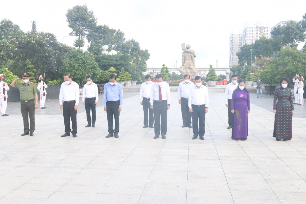 Các đại biểu lãnh đạo TPHCM mặc niệm tưởng nhớ anh linh các anh hùng liệt sĩ đã hy sinh máu xương vì một đất nước độc lập tự cường hôm nay.