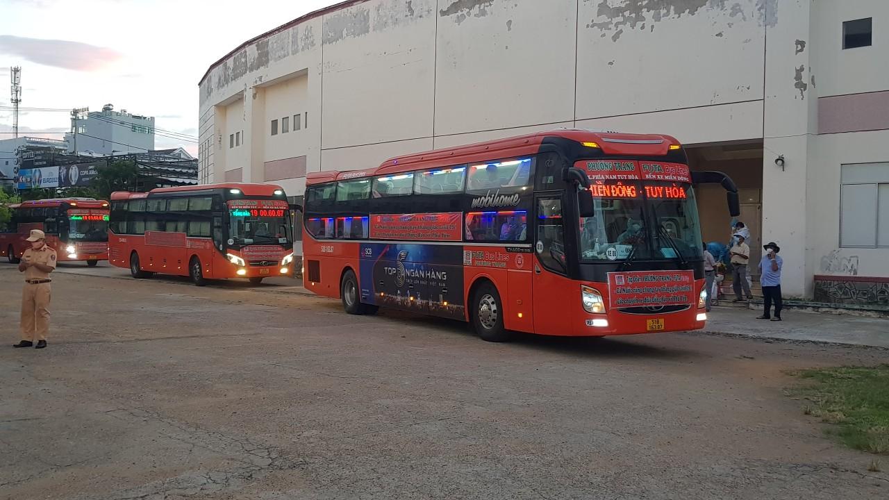 Xe khách chở 400 công dân Phú Yên đầu tiên từ TP. HCM đã về đến quê hương