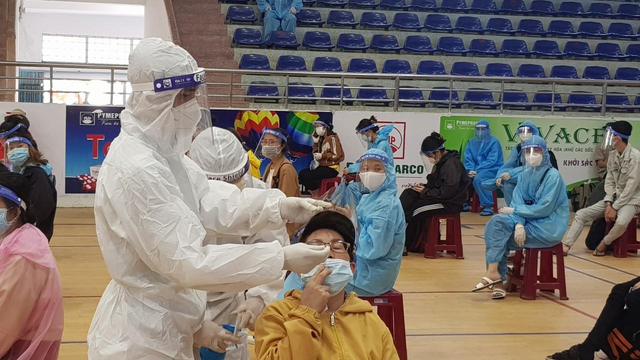 Công dân Phú Yên lấy mẫu xét nghiệm PCR trong nhà thi đấu Lê Trung Kiên