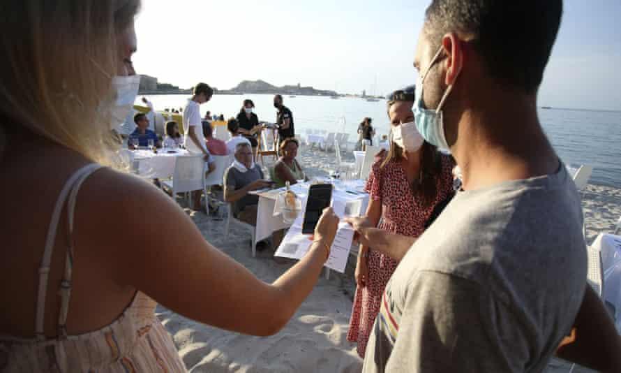 Khách hàng được kiểm tra chứng chỉ trước khi vào một nhà hàng ở Corsica