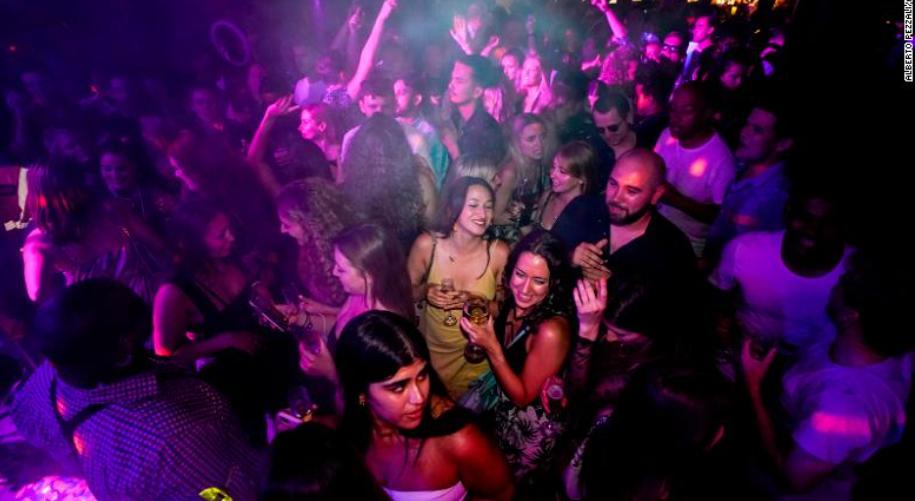 Hàng nghìn người đã tham gia các câu lạc bộ đêm trên khắp nước Anh vào ngày 19 tháng 7 khi hầu hết các hạn chế về coronavirus đều bị loại bỏ. Cùng ngày hôm đó, Thủ tướng Anh Boris Johnson thông báo rằng sẽ cần phải có hộ chiếu tiêm vắc xin để vào các hộp đêm trước tháng 9
