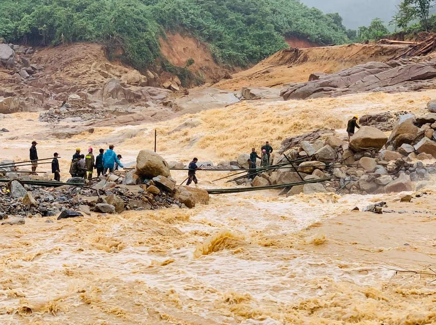 Tình trạng bão lũ, sạt lở đất thường xuyên xảy ra ở khu vực miền Trung, Việt Nam