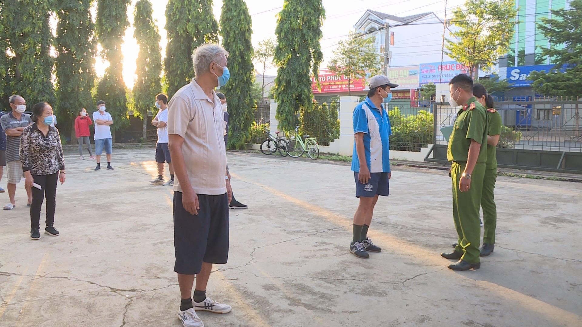 Nhiều người dân ra đường tập thể dục bị xử phạt hành chính