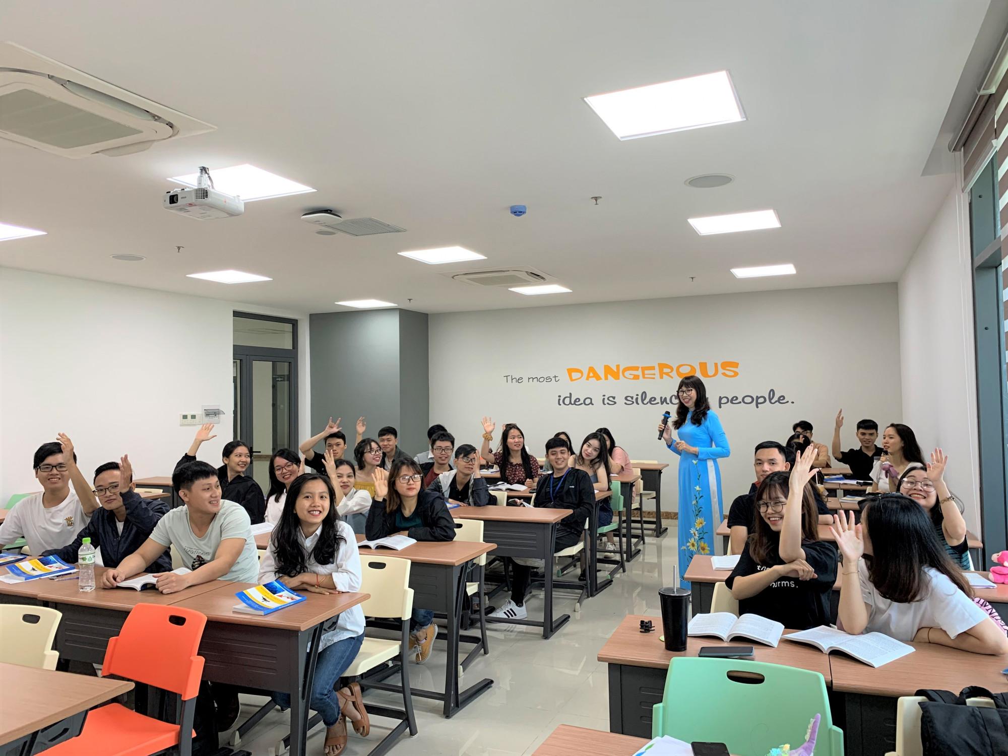 Sinh viên Trường ĐH Kinh tế TPHCM (Ảnh chụp trước tháng 5)