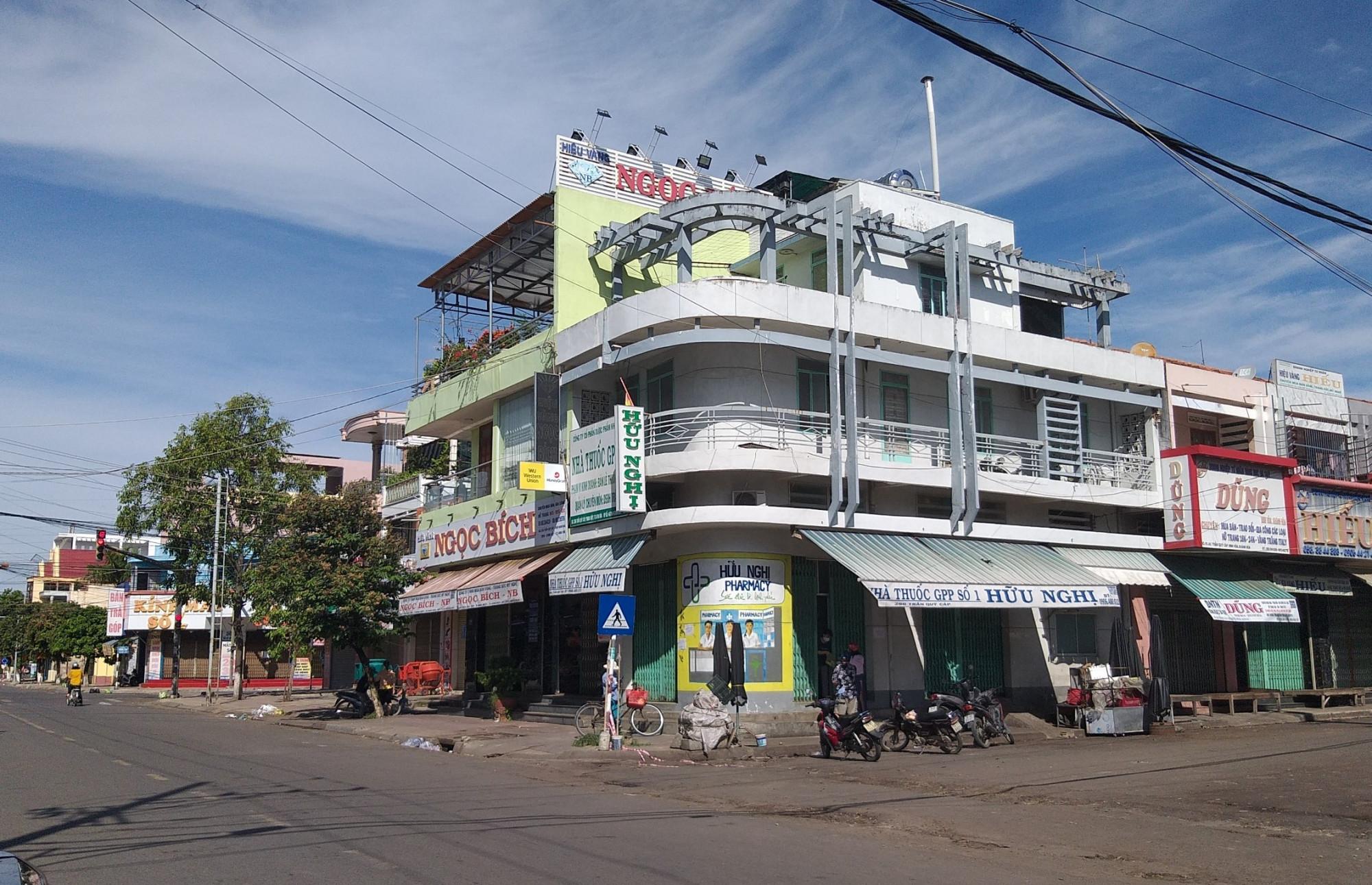 Lực lượng chức năng TP Nha Trang xử lý người vi phạm Chỉ thị 16. Ảnh: TP Nha Trang