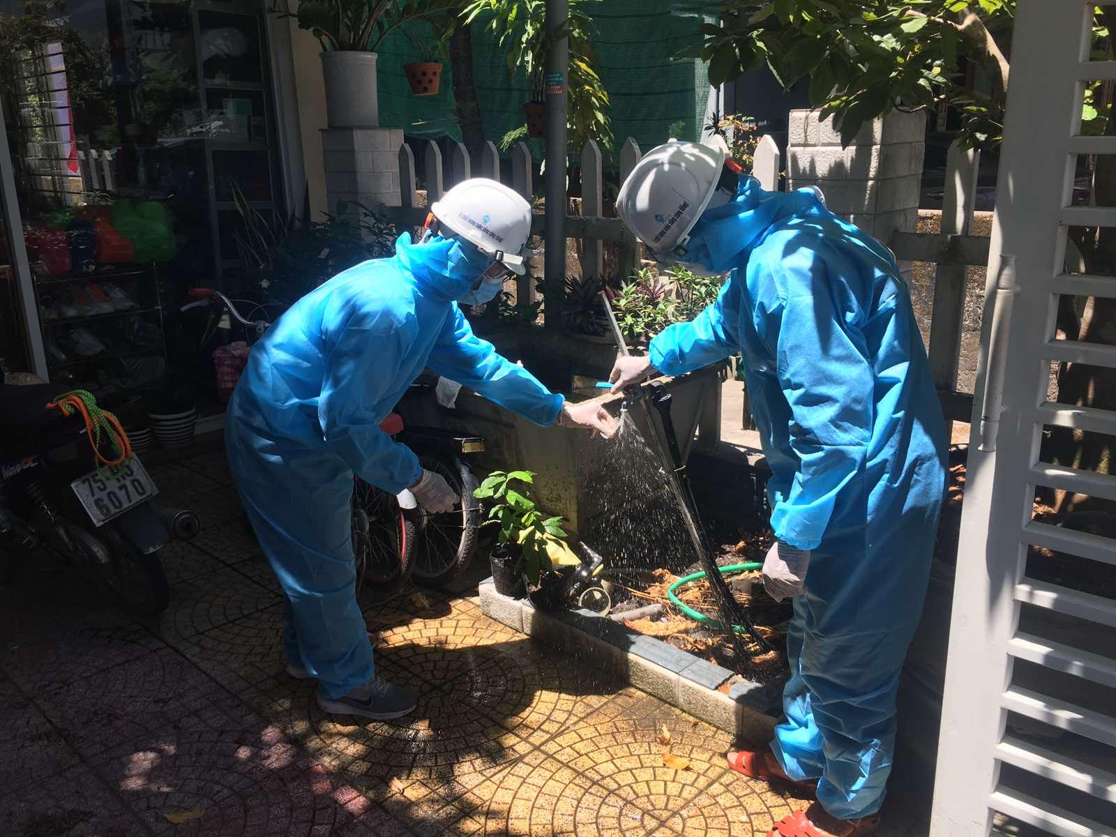 Công nhân HueWACO khắc phục sự cố tại  xã Lộc Thủy nơi đang thực hiện giãn cách xã hội để phòng chống dịch COVID-19