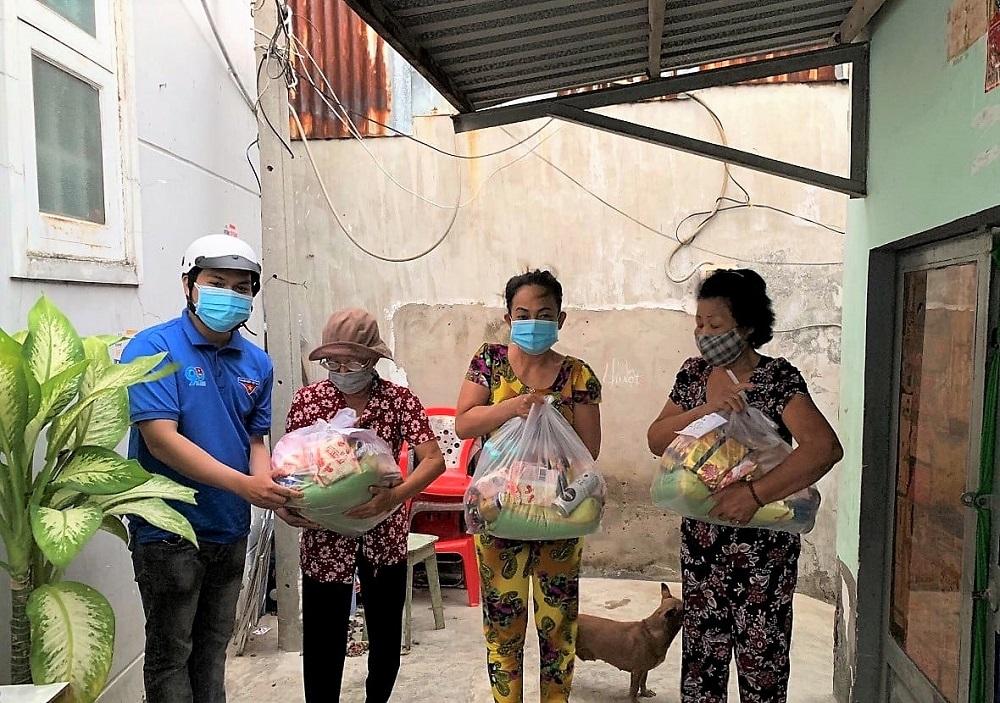 """Người dân huyện Nhà Bè nhận các suất quà nhu yếu phẩm từ dự án """"Chợ nghĩa tình"""" - Ảnh: Nestlé Việt Nam"""