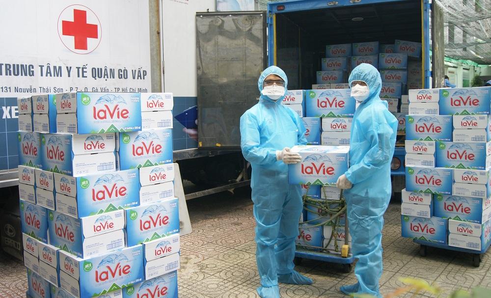 Nước khoáng La Vie được gửi đến nhân viên y tế và bệnh nhân tại Trung tâm y tế Gò Vấp - Ảnh: Nestlé Việt Nam