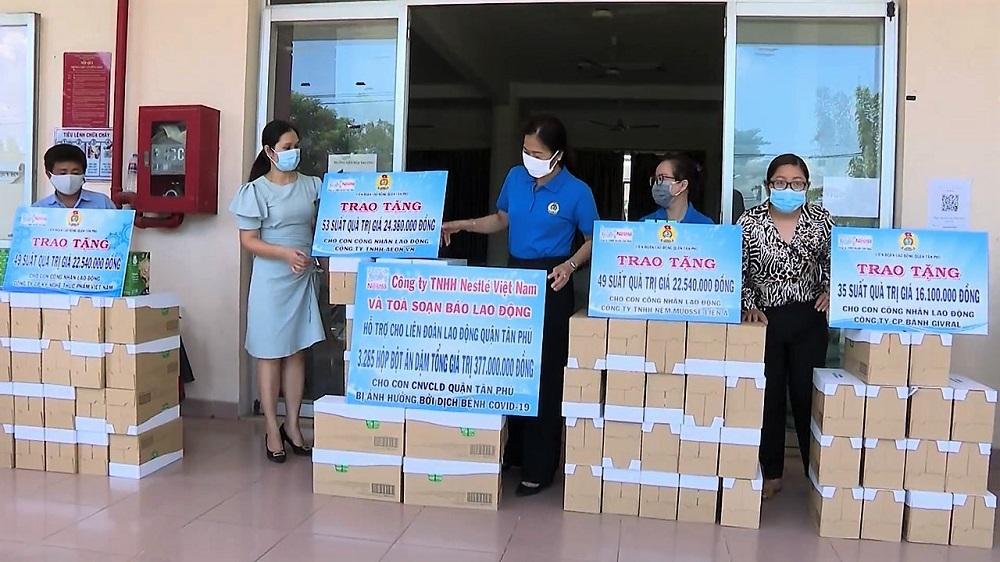 Nestlé Việt Nam phối hợp với Liên đoàn lao động TPHCM  trao quà cho công nhân bị khó khăn do dịch COVID-19 - Ảnh: Nestlé Việt Nam