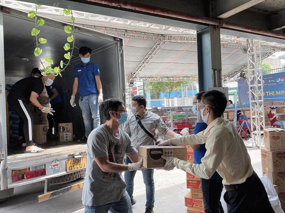 """Hàng hóa thiết yếu gồm thực phẩm và đồ uống được tập kết cho dự án """"Chợ nghĩa tình"""" - Ảnh: Nestlé Việt Nam"""