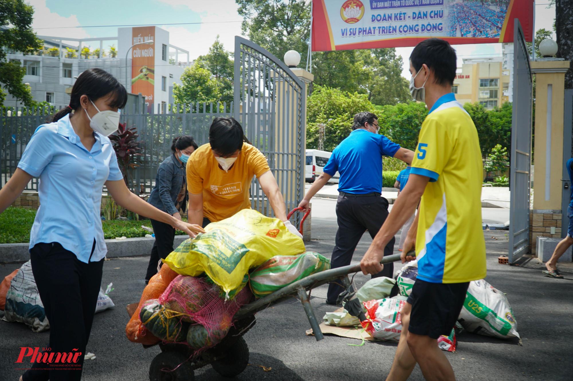 Trong ngày, 28 tấn rau củ các loại đã được chuyển đến các phường và các