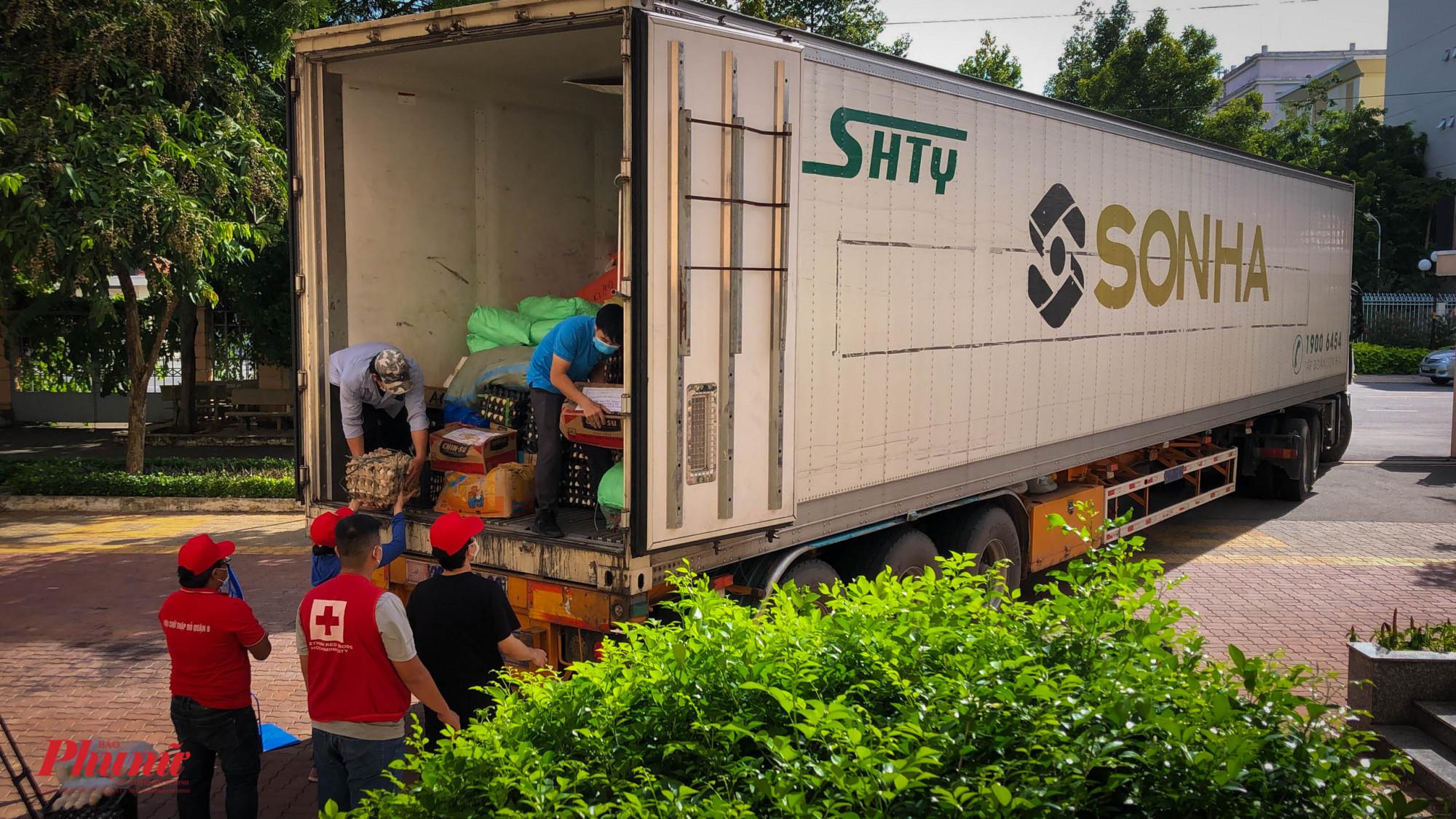 Những xe tải lớn, có thùng lạnh đầu tiên cập bến TPHCM tiếp ứng cho các quận, huyện và MTTQ
