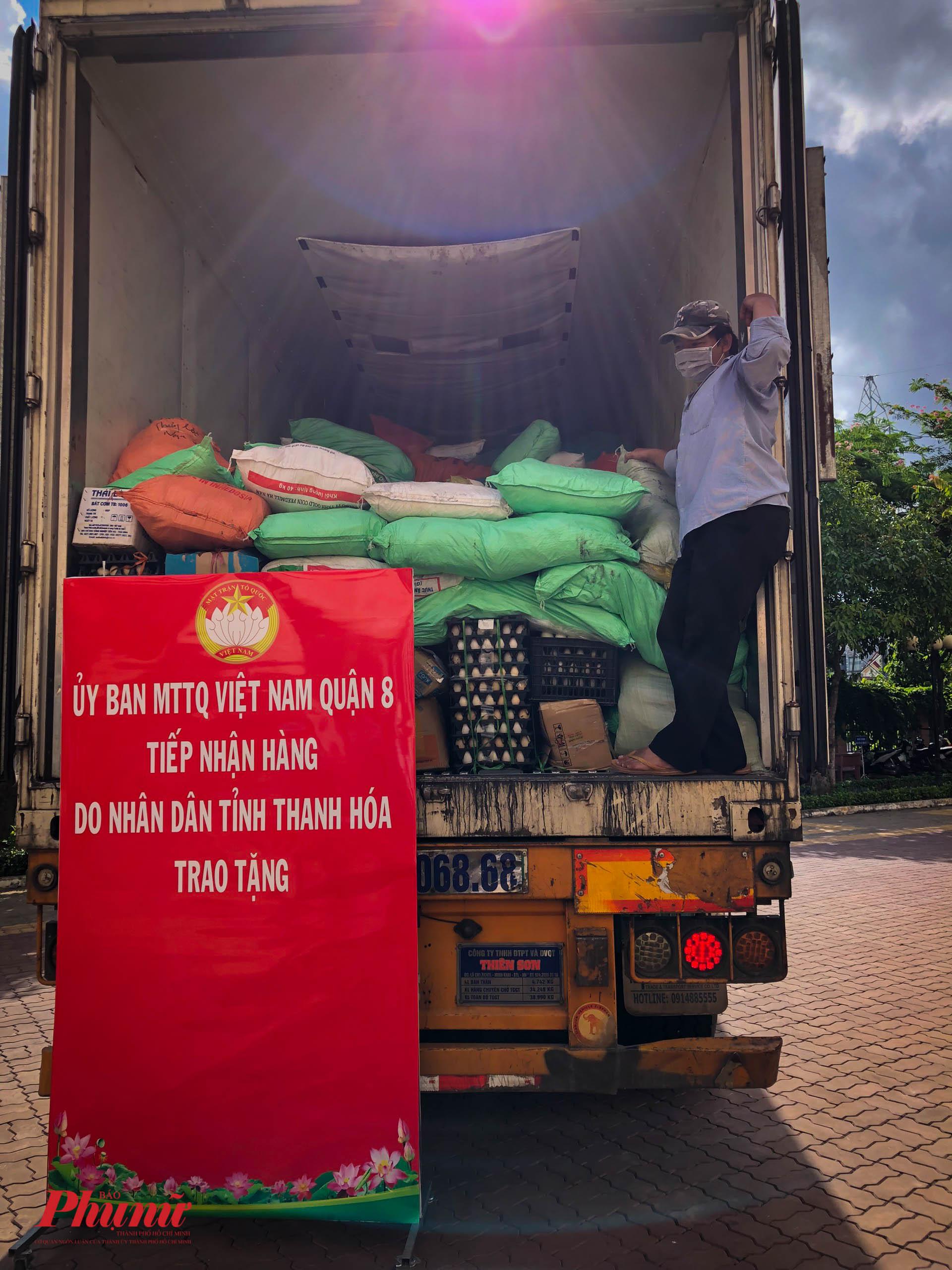 Hơn 20 người đã cùng nhau hỗ trợ vận chuyển hàng hóa vào trong