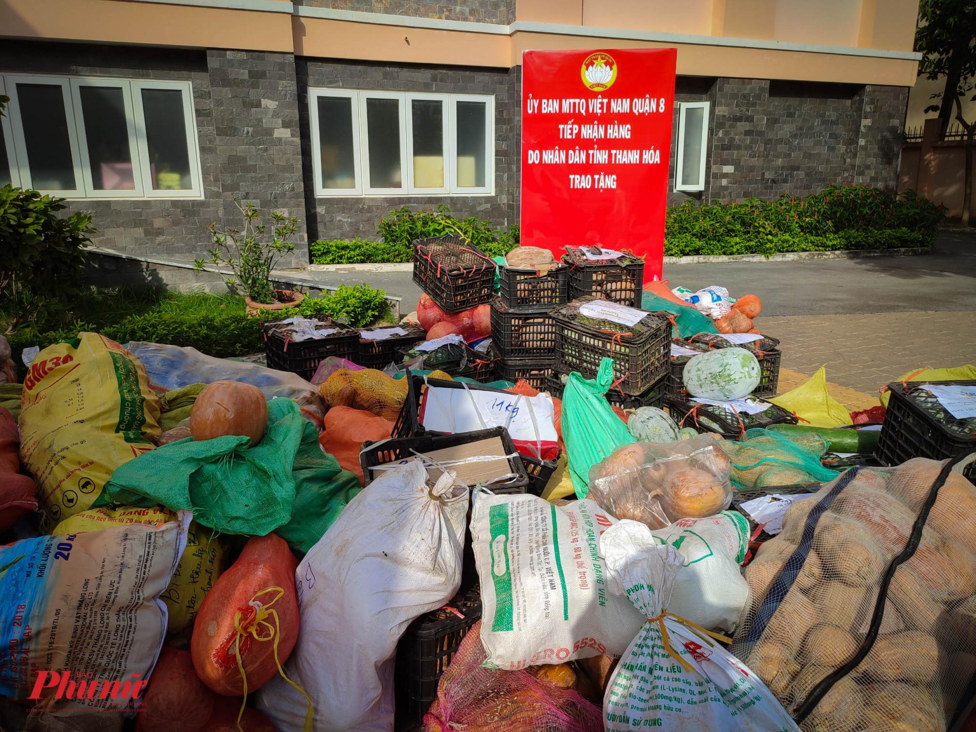 MTTQ quận 8 cũng đã nhận hơn 23 tấn thực phẩm thiết yếu từ tỉnh Thanh Hóa trong chiều 26/7