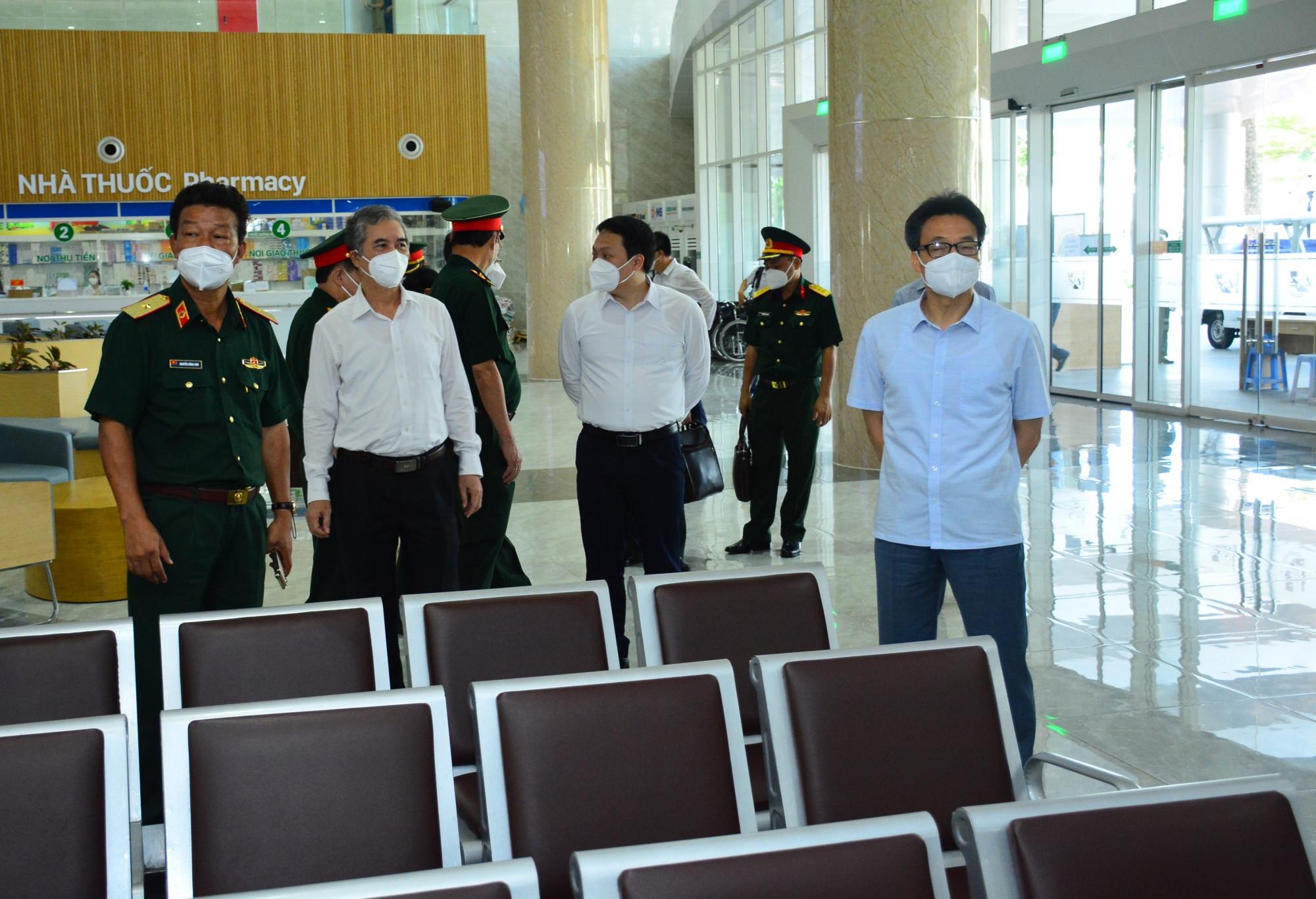 Thiếu tướng Nguyễn Trường Sơn (bìa trái) tiếp đoàn công tác của Phó Thủ tướng Vũ Đức Đam