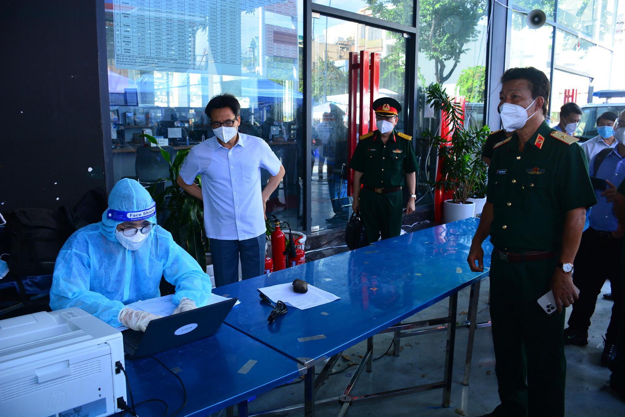 Phó Thủ tướng kiểm tra từng quy trình chống dịch tại bệnh viện