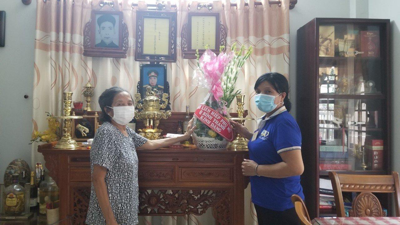 Đại diện Hội LHPN Q. BÌnh Thạnh đến thắp hương đại tá Nguyễn Văn Thương và thăm hỏi người thân của ông nhân kỷ niệm 74 năm ngày Thương binh Liệt sỹ